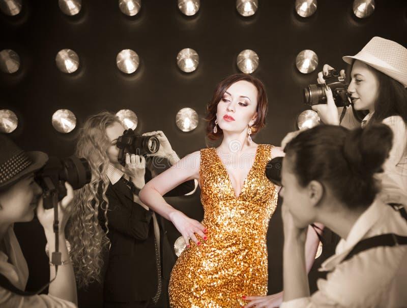Mulher da estrela mundial que levanta aos paparazzi imagens de stock royalty free