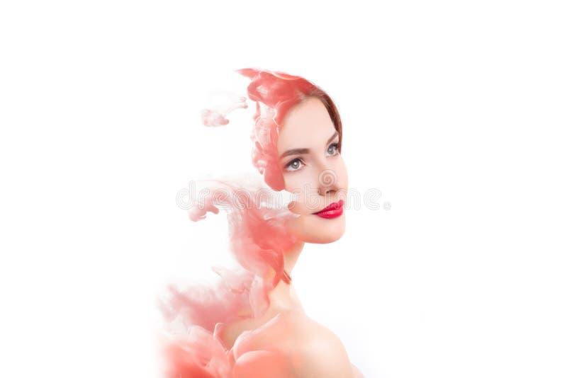Mulher da exposição dobro e nuvem do fumo vermelho imagem de stock