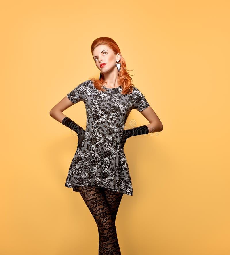 Mulher da forma Autumn Outfit à moda vintage foto de stock royalty free