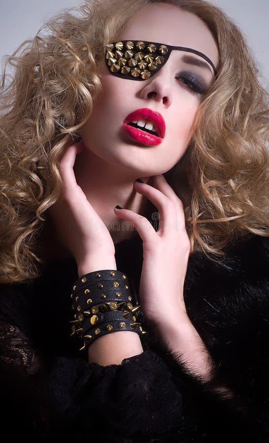 Mulher da forma com atadura em um olho. foto de stock royalty free