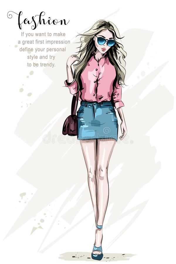 Mulher da forma com bebida do suco Jovem mulher bonita tirada mão com penteado à moda Rapariga com óculos de sol ilustração royalty free