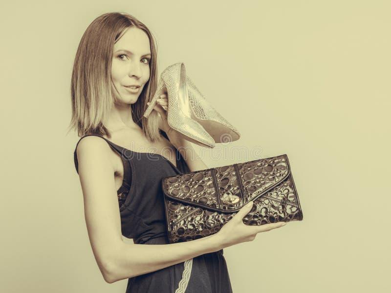 Mulher da forma com bolsa e os saltos altos de couro imagens de stock royalty free