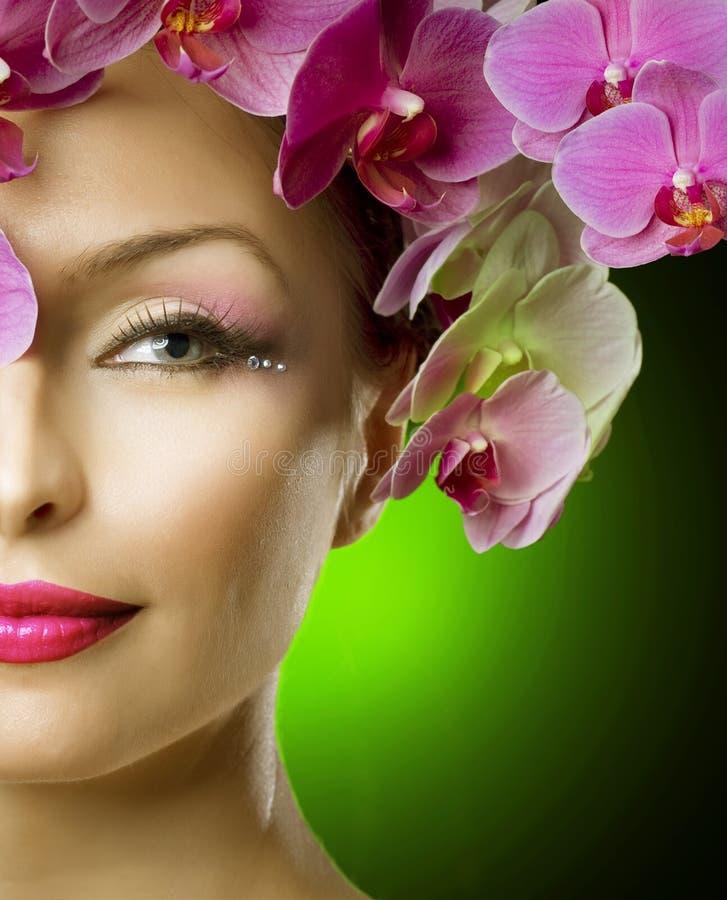 Mulher da forma com cabelo das orquídeas foto de stock