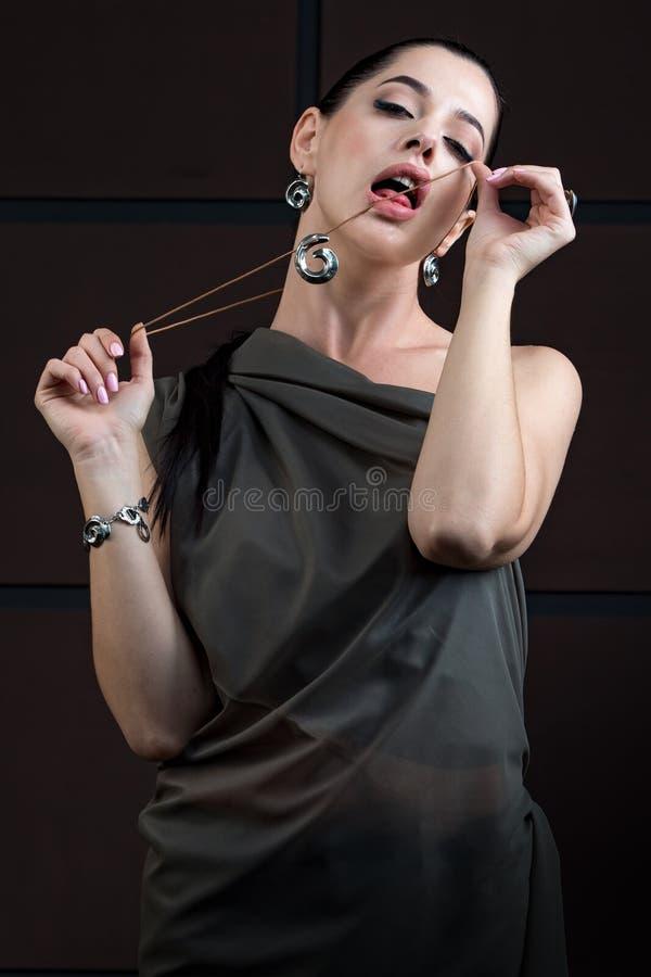 Mulher da forma com jóia menina com a proibição e o fashiona do cabelo fotografia de stock royalty free
