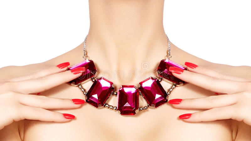Mulher da forma com joia luxuosa Menina bonita com colar brilhante Joia elegante e acessórios imagem de stock royalty free