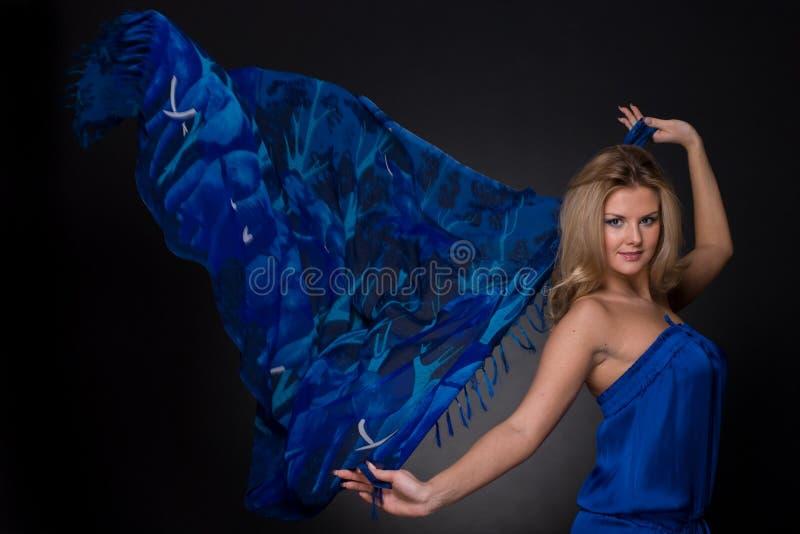 Download Mulher Da Forma Com O Lenço Azul Do Vôo Foto de Stock - Imagem de limpo, emocional: 12806644