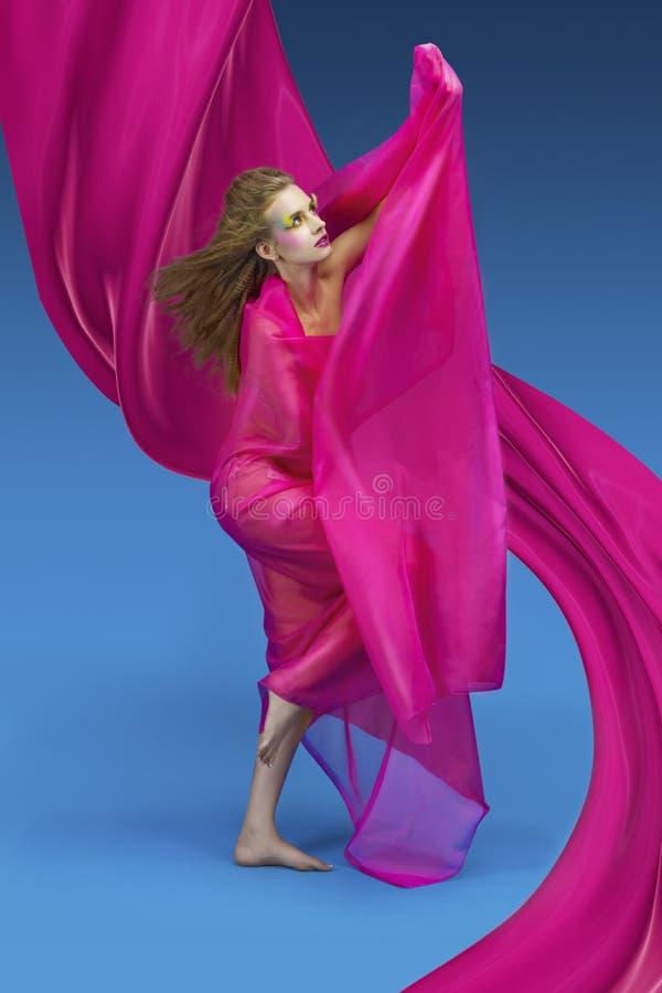 Mulher da forma com tela cor-de-rosa foto de stock royalty free