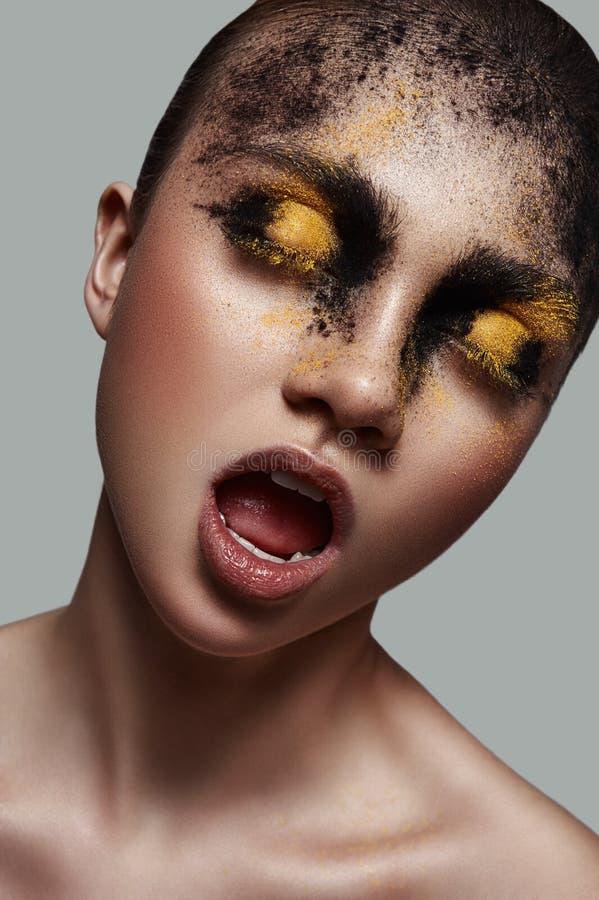 Mulher da forma da beleza com o cosmético em sua cara fotos de stock