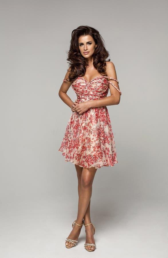 Mulher da forma que levanta no vestido vermelho fotografia de stock royalty free
