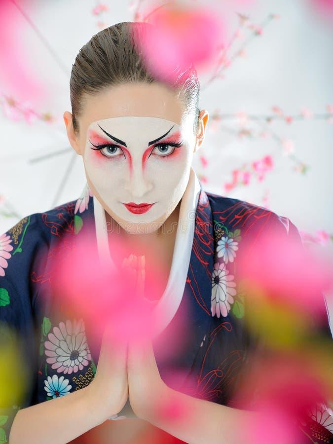 Mulher da gueixa de Japão com composição creativa imagem de stock