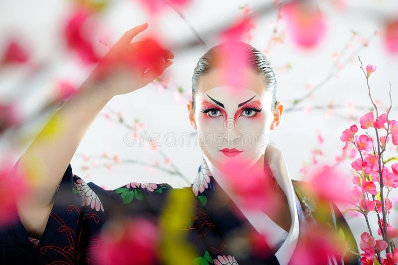 Mulher da gueixa de Japão com composição creativa. imagem de stock royalty free