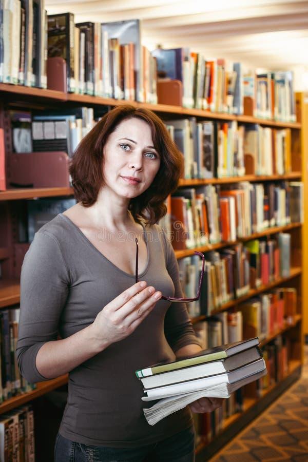 Mulher da Idade Média na biblioteca fotos de stock