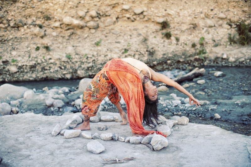 Mulher da imersão de Vinyasa da ioga imagens de stock royalty free