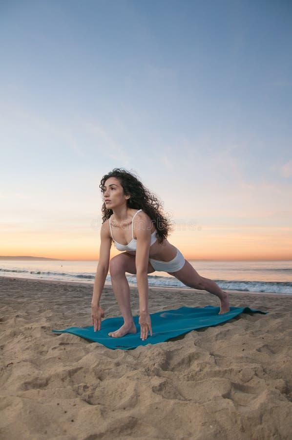 Mulher da ioga da praia foto de stock royalty free