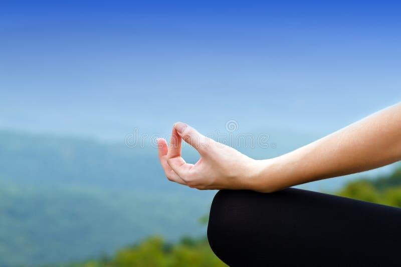 Mulher da ioga na pose dos lótus fotografia de stock