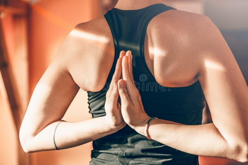 Mulher da ioga que faz o namaskarasana do pashchima dentro imagens de stock