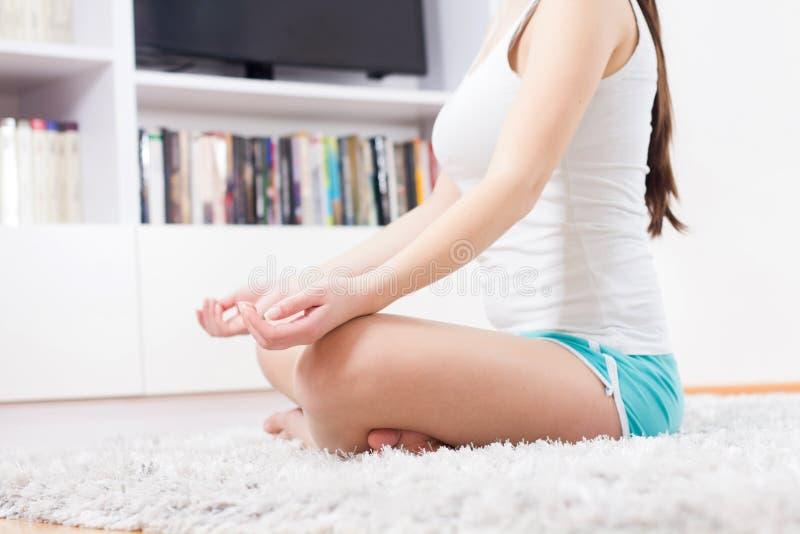 Mulher da ioga que medita o estilo de vida saudável de relaxamento imagem de stock