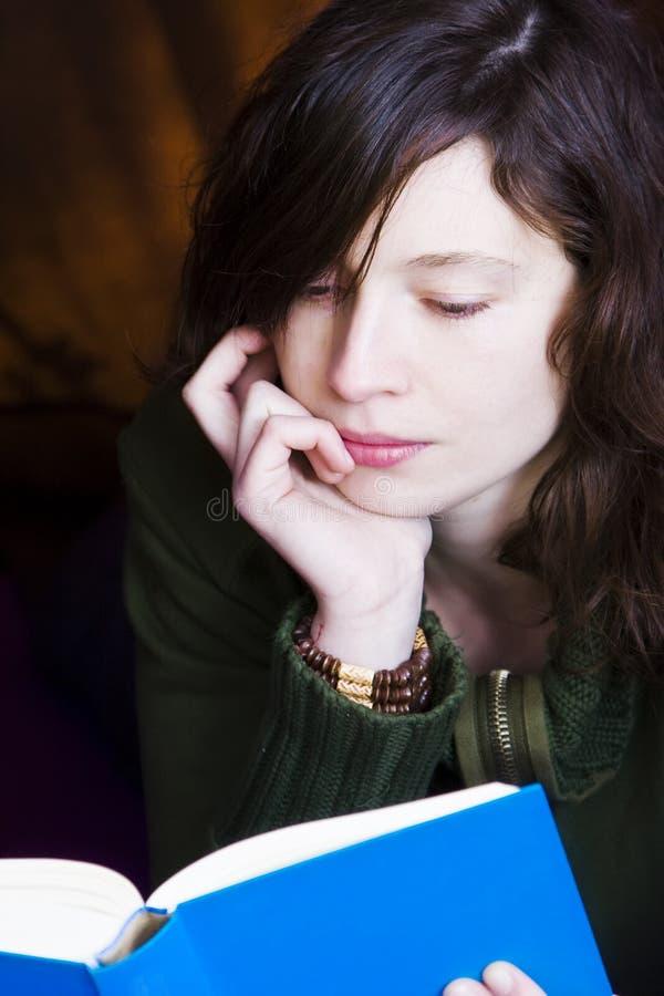 Mulher da leitura fotografia de stock royalty free