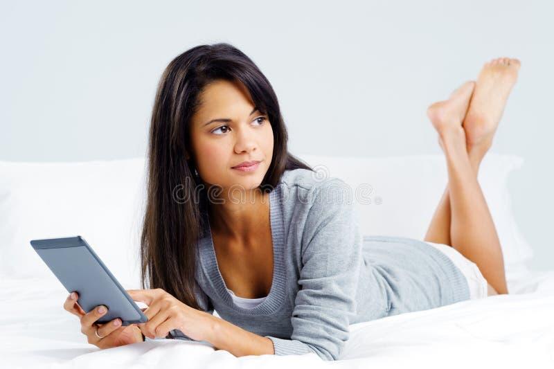 Mulher da leitura da tabuleta fotografia de stock royalty free