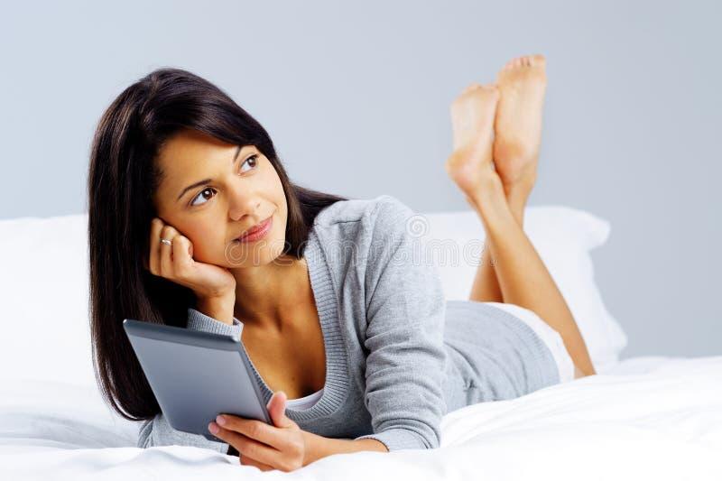 Mulher da leitura da tabuleta fotos de stock