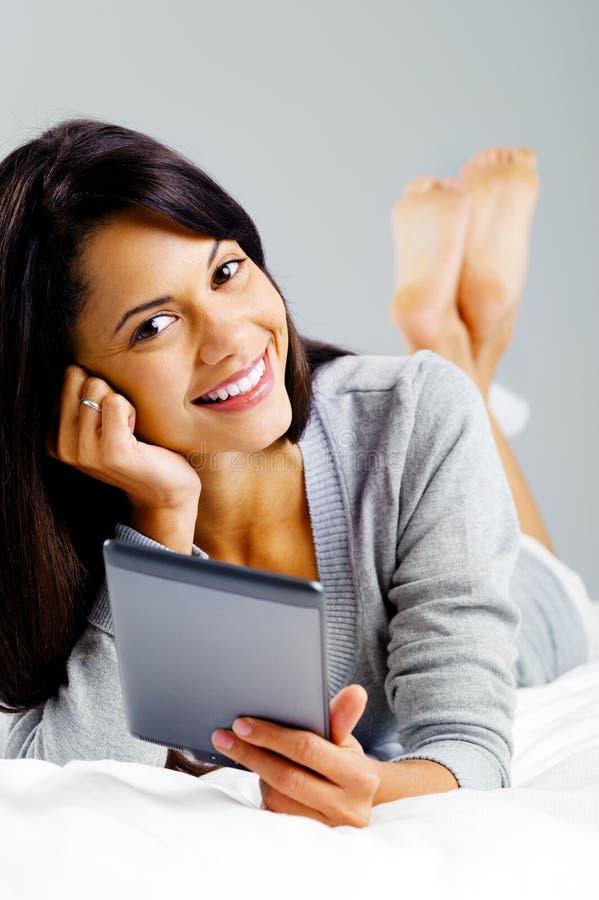 Mulher da leitura da tabuleta imagem de stock royalty free
