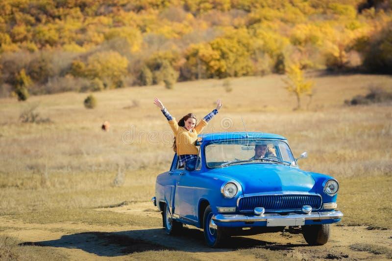 A mulher da liberdade do curso de carro do verão no parque nacional de Yosemite com braços aumentou acima alegre e feliz Viagem p imagem de stock