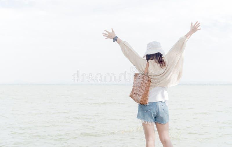 Mulher da liberdade e da felicidade na represa com luz suave fotografia de stock