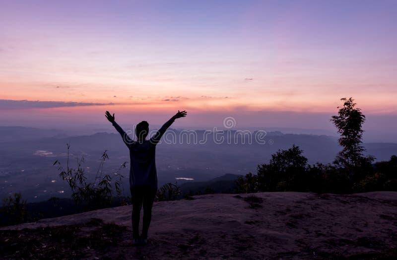 Mulher da liberdade e da felicidade no penhasco da NOK Aen de Pha imagens de stock royalty free