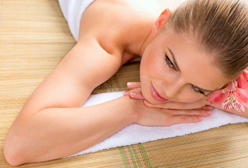 Mulher da massagem dos TERMAS fotos de stock