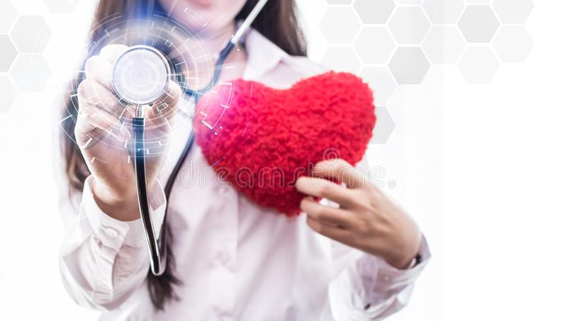 Mulher da medicina medique guardar a relação médica da tela virtual de conexão de rede do ícone tocante do estetoscópio, tecnolog imagem de stock