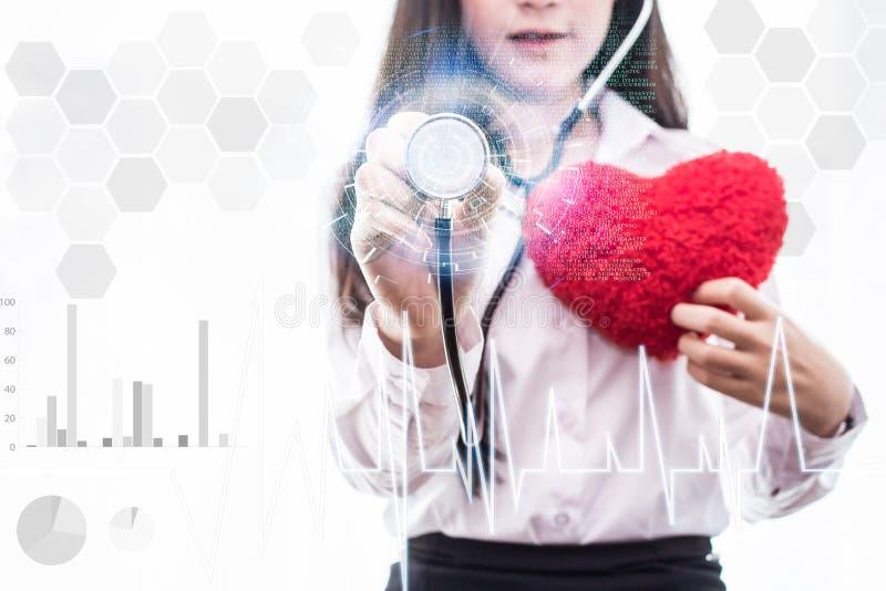 Mulher da medicina medique guardar a relação médica da tela virtual de conexão de rede do ícone tocante do estetoscópio, tecnolog fotos de stock