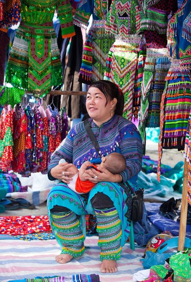 Mulher da minoria de Hmong do vietnamita que guarda seu bebê nos braços fotografia de stock