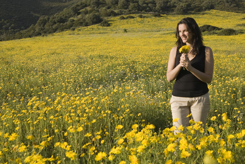 Mulher da mola com flores amarelas foto de stock royalty free