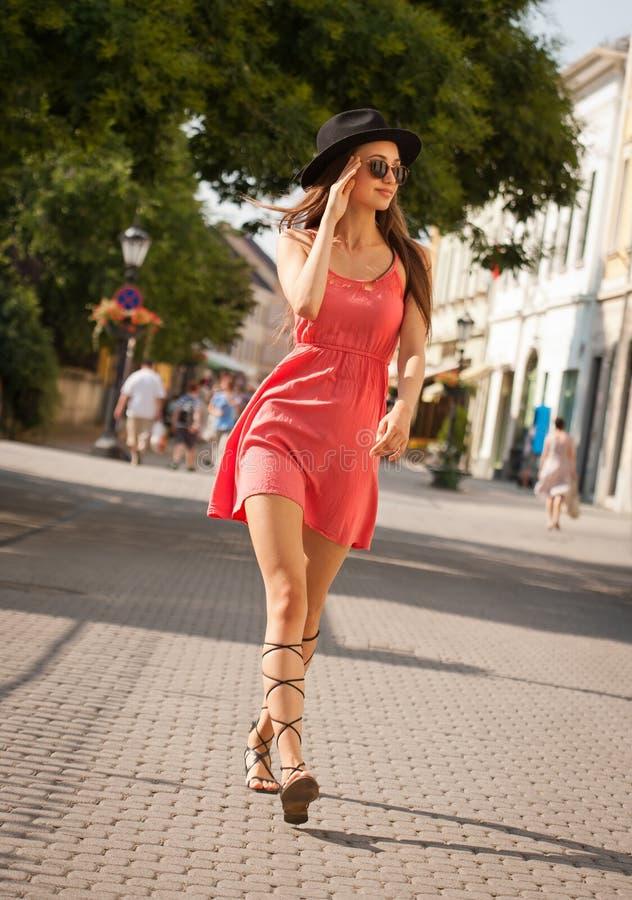 Mulher da morena de Fashionbale fotografia de stock royalty free