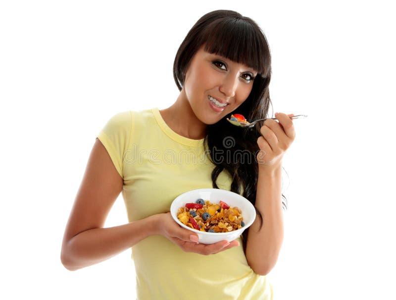 Mulher da nutrição que come o pequeno almoço saudável fotografia de stock
