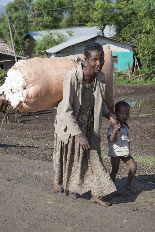 A mulher da plantação de algodão foto de stock royalty free