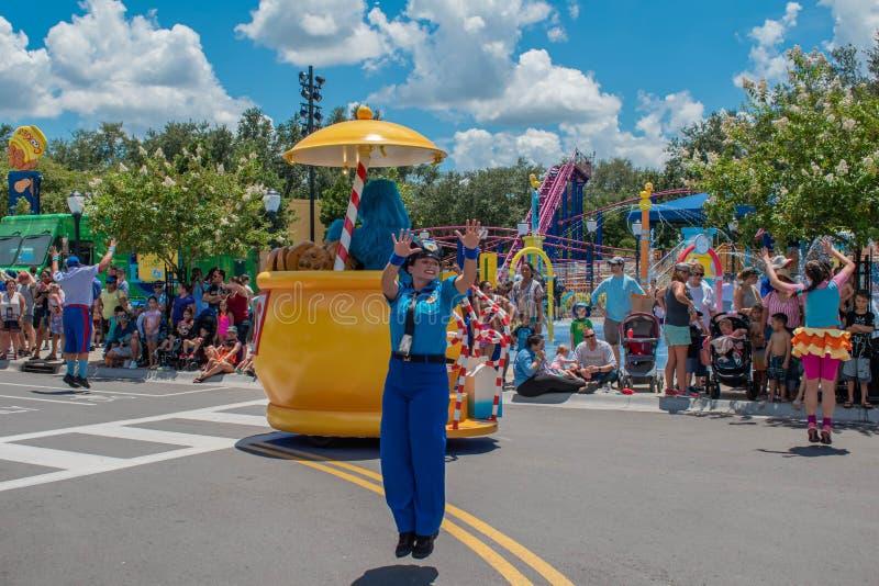 Mulher da polícia que salta na parada do partido do Sesame Street em Seaworld foto de stock