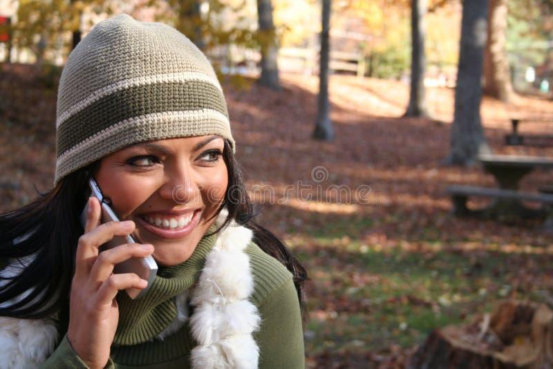 Mulher da queda da cena do outono com telefone de pilha imagens de stock
