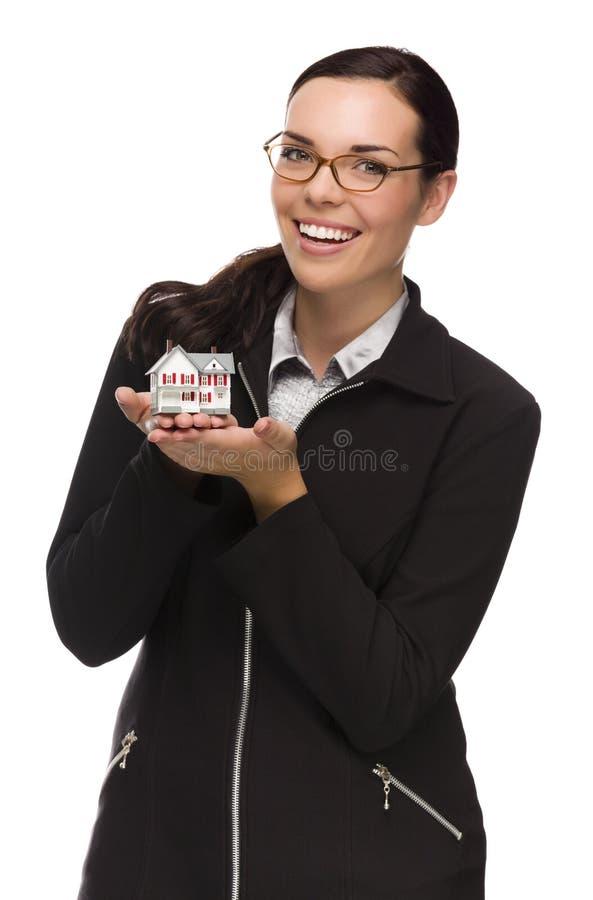 Mulher da raça misturada que mantém a casa pequena isolada no branco fotos de stock royalty free