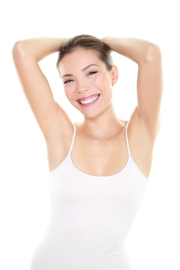 Mulher da remoção do cabelo do epilation da axila que mostra as axila foto de stock royalty free