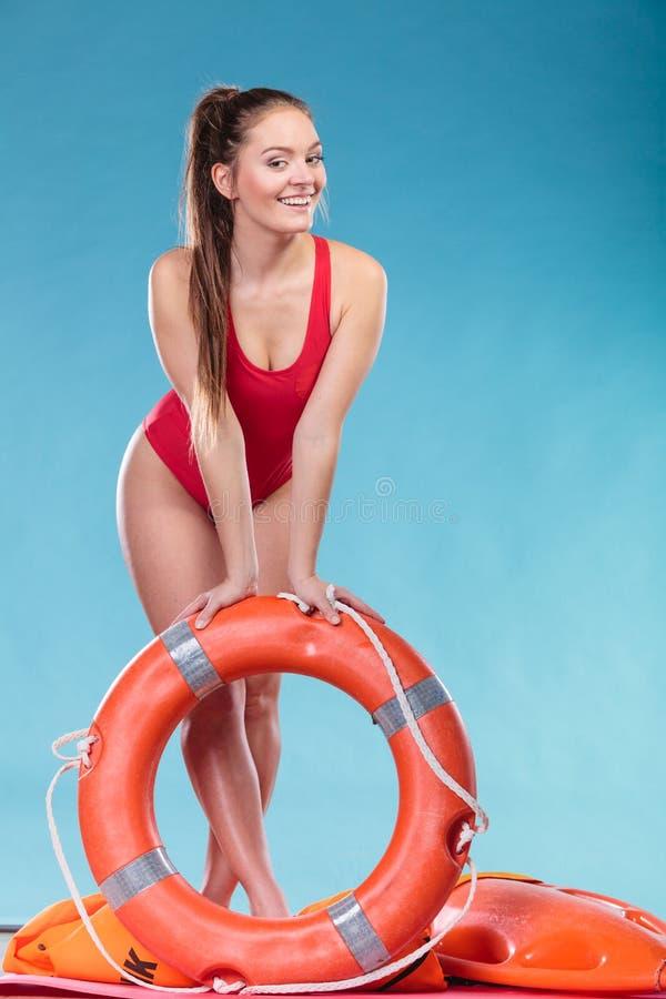 Mulher da salva-vidas no dever com o boia salva-vidas da boia de anel imagem de stock royalty free