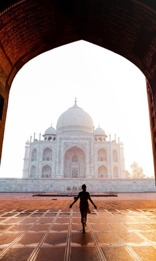 Mulher da silhueta que anda perto de Taj Mahal na Índia de Agra fotografia de stock