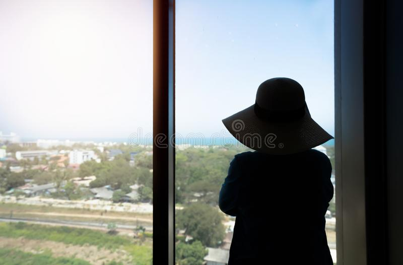 Mulher da silhueta que olha a vista na manhã fotos de stock royalty free