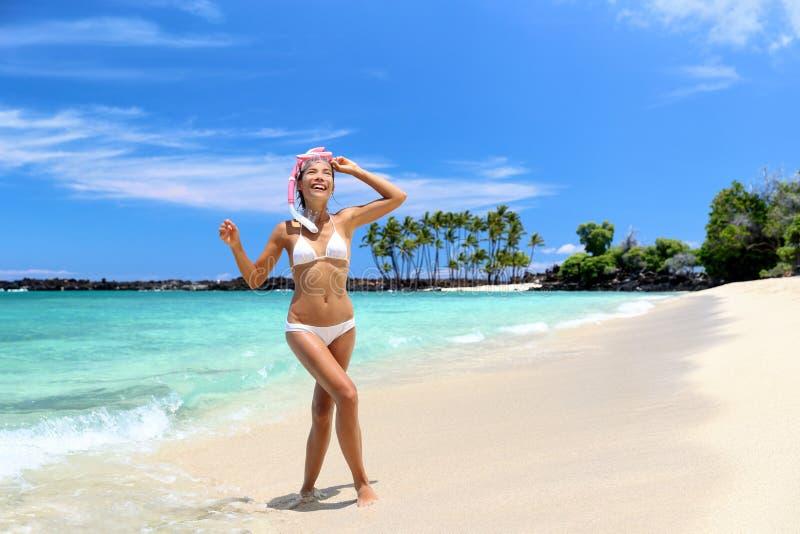 Mulher das férias da praia que aprecia nadar no oceano imagem de stock royalty free