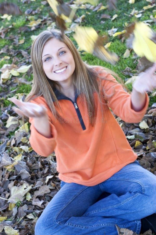 Mulher das folhas fotografia de stock