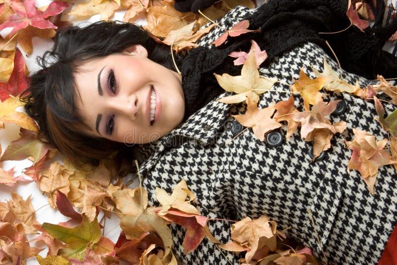 Mulher das folhas de outono fotografia de stock