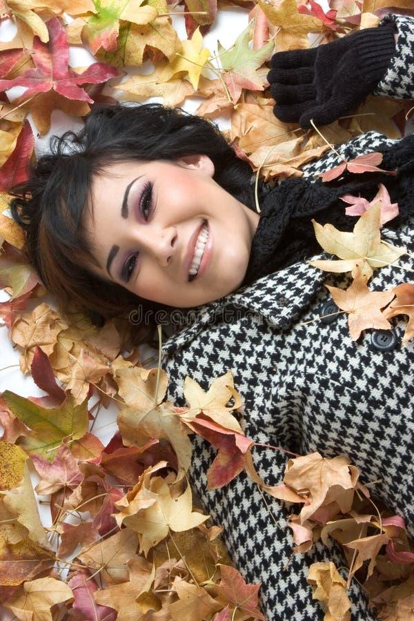 Mulher das folhas de outono foto de stock royalty free