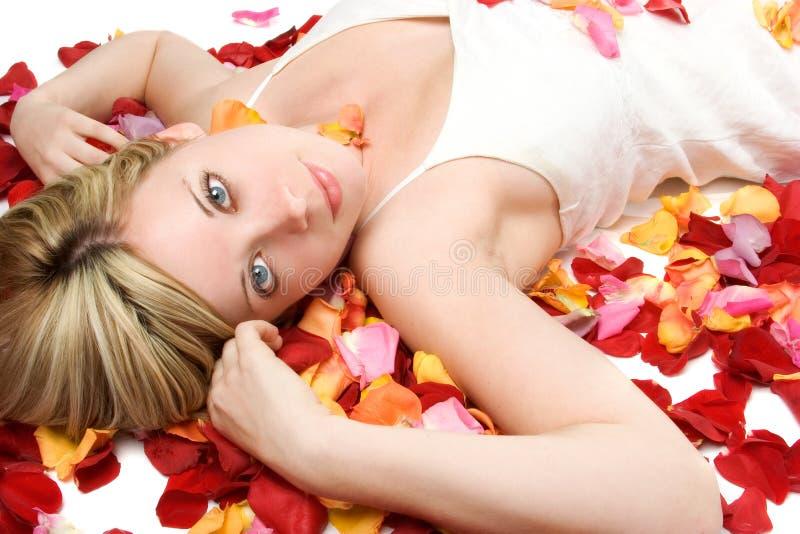Mulher das pétalas da flor fotografia de stock
