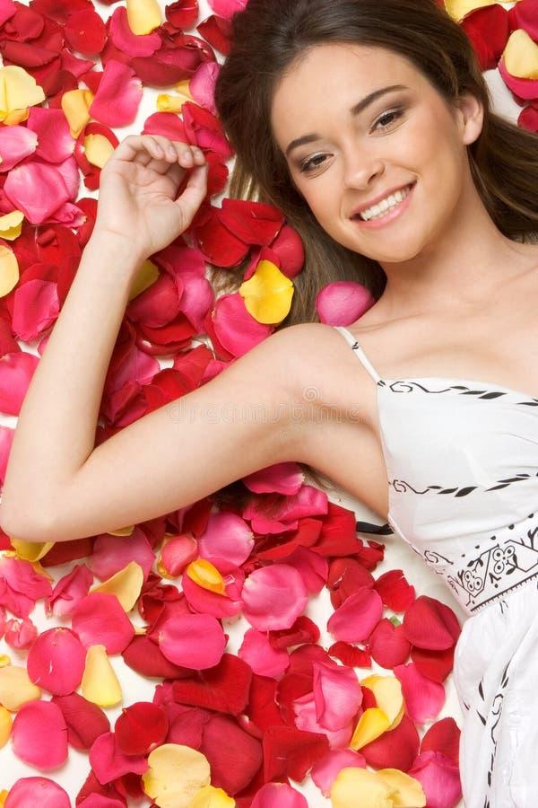 Mulher das pétalas da flor foto de stock royalty free