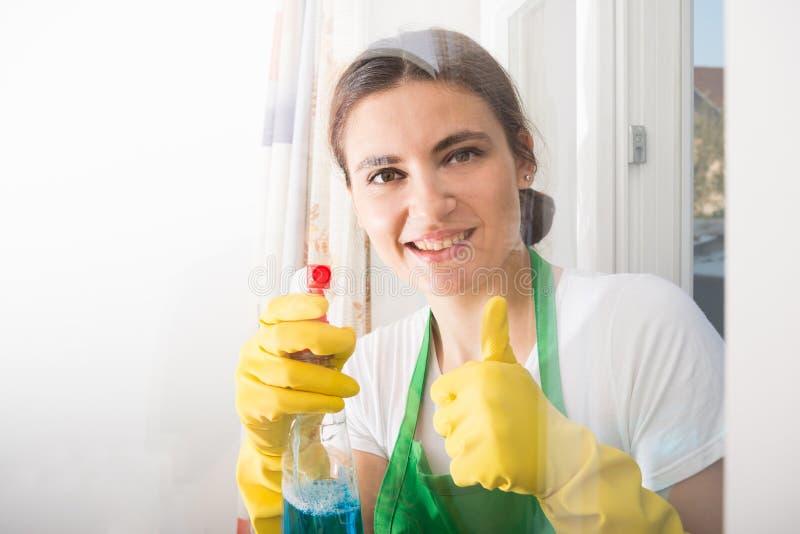 Mulher das tarefas domésticas pronta para a limpeza da casa imagem de stock